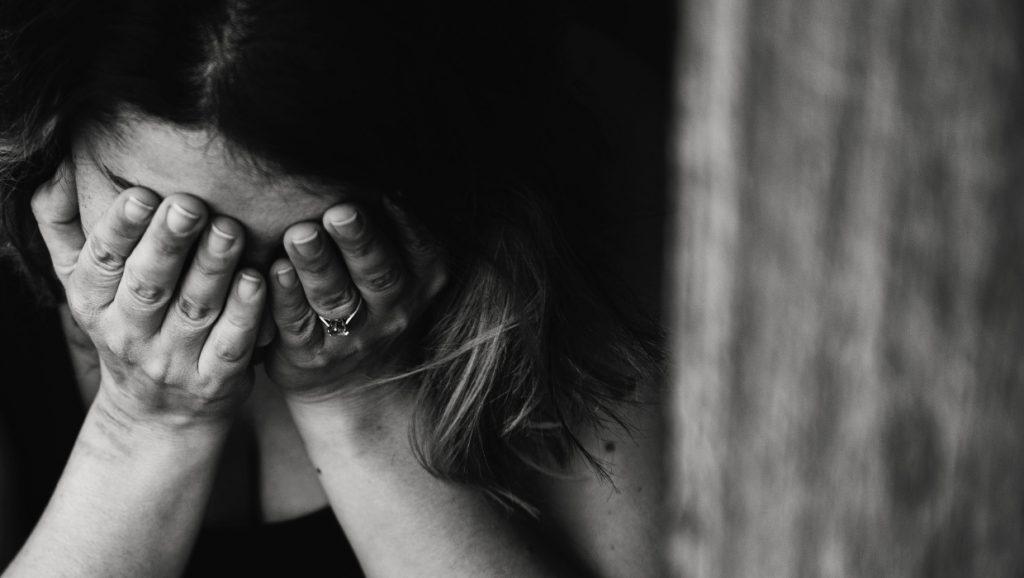violencia-intrafamiliar-causas-tipos-consecuencias-psicologos-en-linea-1024x578